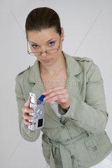 Frau wechselt Speicherkarte in Digitalkamera