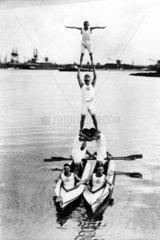 Ruderer bauen Pyramide 1930