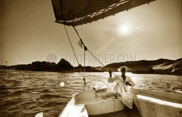 Aegypten - Mann sitzt in Segelboot