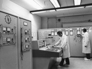 Ingenieure ueberwachen technische Anlage