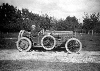 Mann in Oldtimer mit Ersatzrad