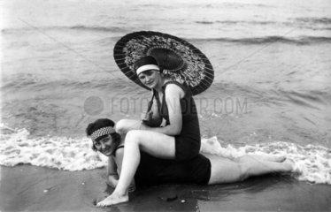 zwei Damen am Strand