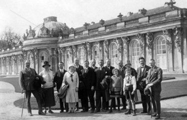 Gruppenfoto vor Schloss Sanssouci