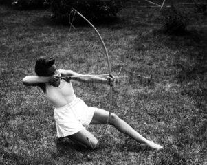 Frau beim Bogenschiessen
