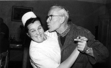 Handwerker versucht Krankenschwester zu kuessen