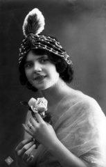 Frau mit Haarschmuck  1910