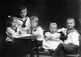 Gruppenfoto von kleinen Kindern