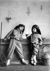 2 hollaendische Jungs mit Pfeife  1920