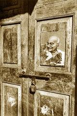 Indien - Bombay abgerissenes Bild Mahatma Gandhis an einer Tuer