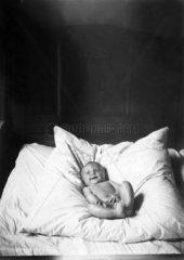 Baby liegt im Kissen