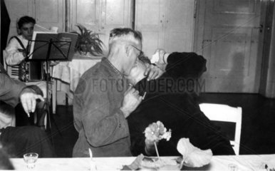 Opa kuesst Oma stuermisch an Festtafel