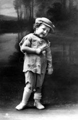 abgerissener Junge mit Pfeife  1920