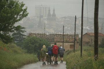 Pilger naehern sich im Regen dem Ziel Santiago de Compostela - Camino de Santiago