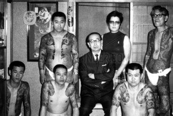 fuenf taetowierte Japaner im Tattoo Club