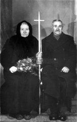 altes Paar sitzend 1925