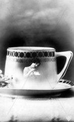 Frauenbild auf Kaffeetasse  1900
