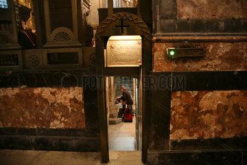 Frau betet in einer Kirche auf dem Jakobsweg - Camino de Santiago