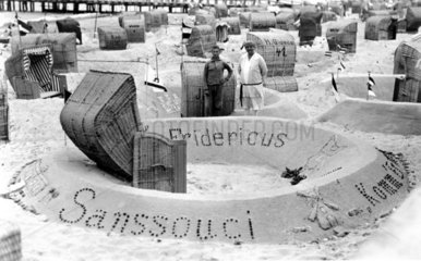 Strandkoerbe und Sandburg
