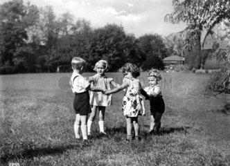 4 Kinder spielen  1930