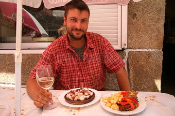 Pilger sitzt beim Essen - Jakobsweg - Camino de Santiago