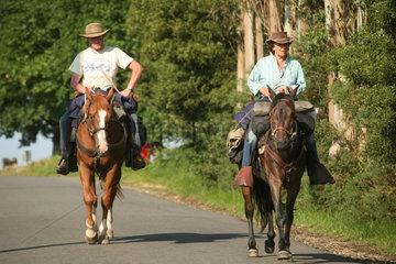 zwei Pilger zu Pferd auf dem Jakobsweg - Camino de Santiago