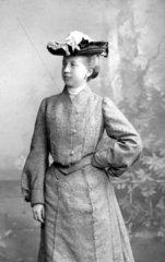 Frau mit Kostuem und Hut  1900