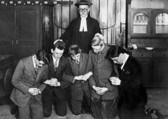 Konfirmation 1 Pfarrer 5 Jungs
