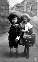 2 Kinder in Schulkleidung  1910