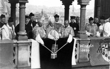 Kardinaele und Priester in einer Zermonie