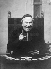 Geistlicher beim Karten spielen