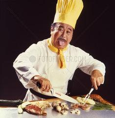 Japanische Koch streckt Zunge raus