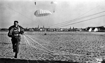 Fallschirmjaeger landet am Strand
