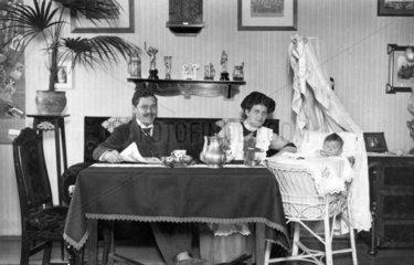 Paar mit Baby im Wohnzimmer