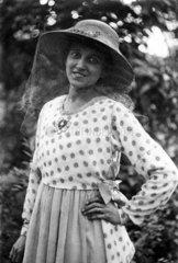 Frau mit Hut und Schleier