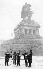 6 Maenner fotografieren  1920