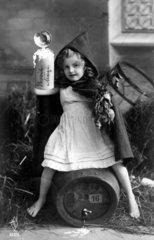 Maedchen trinkt Bier  ca. 1920