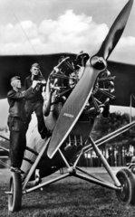 2 Soldaten mit Flieger  1940