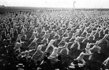 200 machen Gymnastik  1932