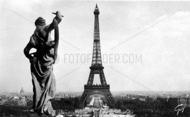 Skulptur vor dem Eiffelturm
