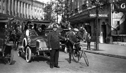 Polizist regelt Verkehr