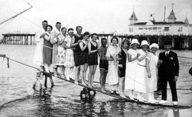 Badegruppe auf Steg  1920
