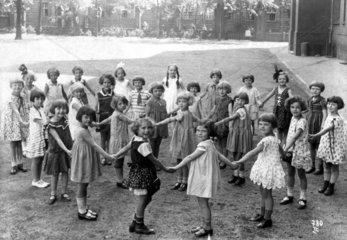 25 Kinder spielen  1920
