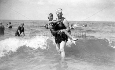 Frau im Wasser mit Kind