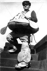 Mann mit Boot und Paddel 1940