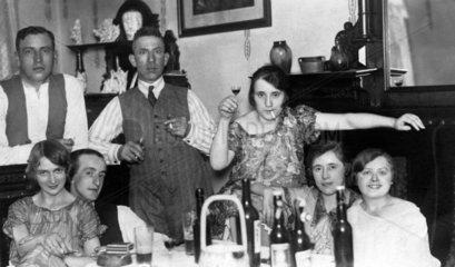 Party im Wohnzimmer  1920
