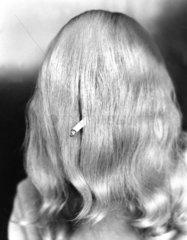 Rauchen mit langen Haaren