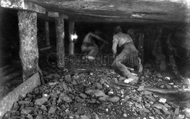 Maenner im Kohlenbergbau  1920