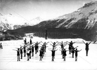 Kinder machen Morgengymnastik im Schnee um 1940
