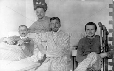 Vier Maenner im Krankenhaus  Erster Weltkrieg
