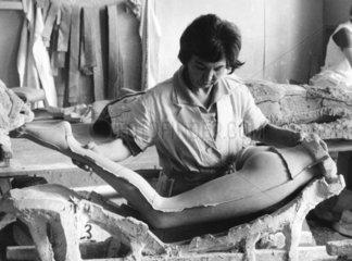 Frau produziert Schaufensterpuppen